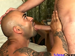 Buff tattooed Latino pounds his sexy lovers penurious gay irritant on the couch